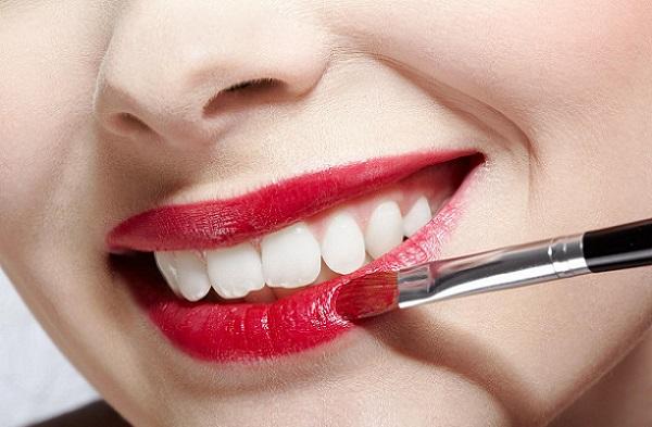 Применение яркой помады допускается при нанесении дневного макияжа для овального лица