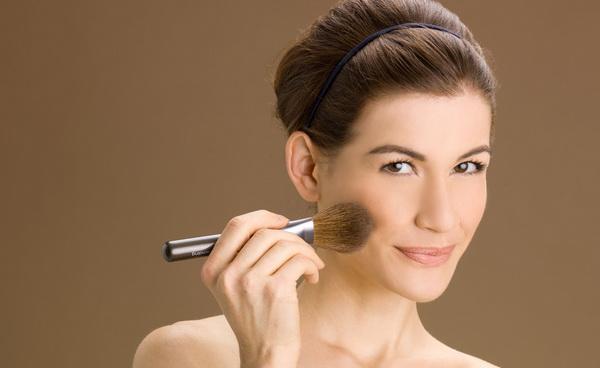 Чтобы макияж сохранял свою стойкость, следует воспользоваться пудрой