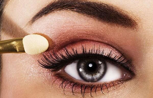 Тип теней подбирается в зависимости от макияжа - дневной или вечерний