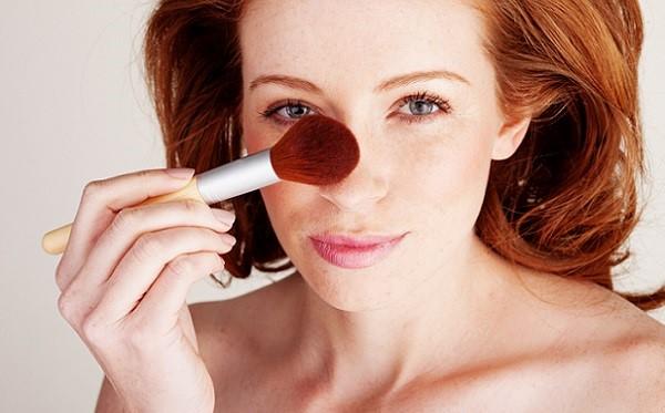 В зависимости от того, будет макияж использоваться днем или вечером, интенсивность корректирующего мейк-апа может меняться