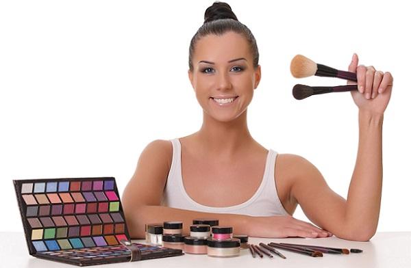 Для качественного макияжа следует правильно подобрать косметику
