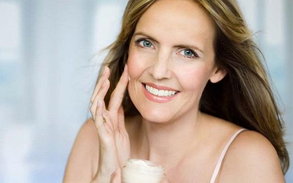 Выбирать тон тонального крема для возрастного макияжа следует с особой внимательностью