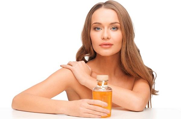 Используя маски на основе касторового масла, можно улучшить состояние кожи лица и волос
