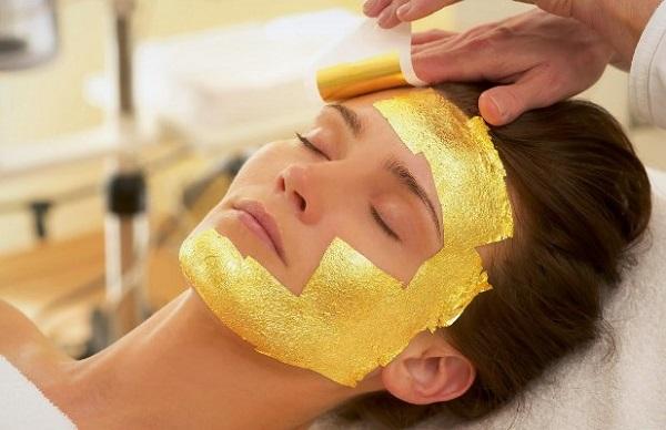 Маска из золотой фольги позволяет восстановить свойства кожи и отбелить ее