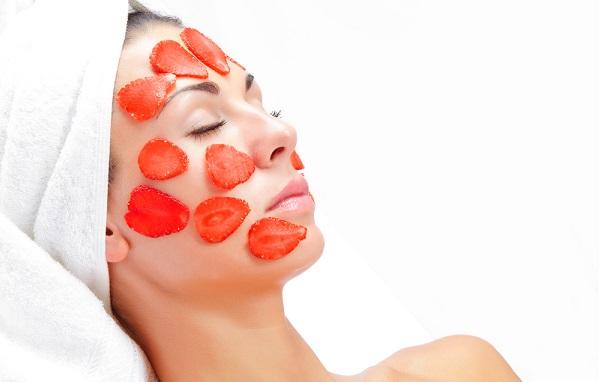Придать коже лица тонуса поможет маска из клубники