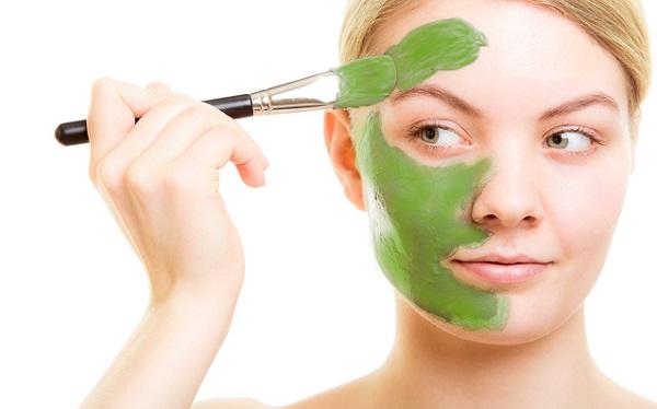 Освежающую маску можно приготовить на основе огурца с петрушкой