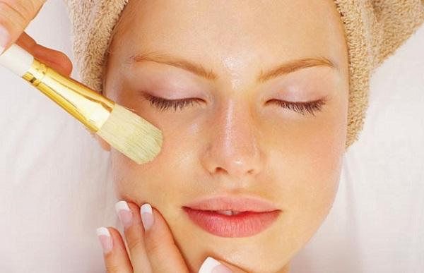 Перед нанесением тканевой маски следует сделать пилинг лица