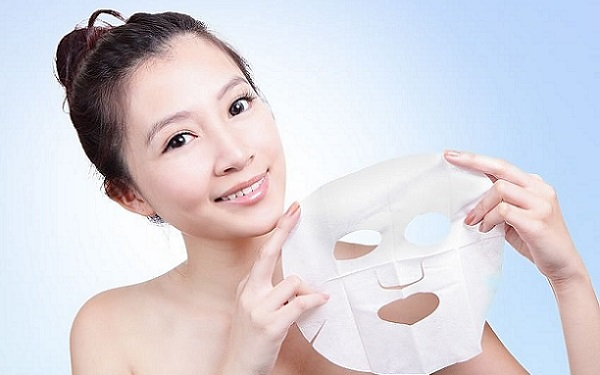 В качестве тканевой маски может применяться салфетка с проделанными нужными отверстиями