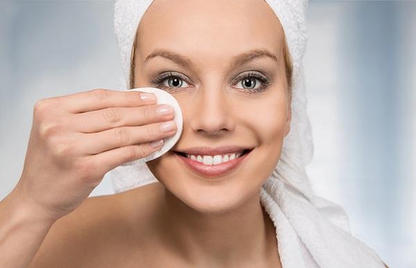 Перед нанесением маски следует снять макияж