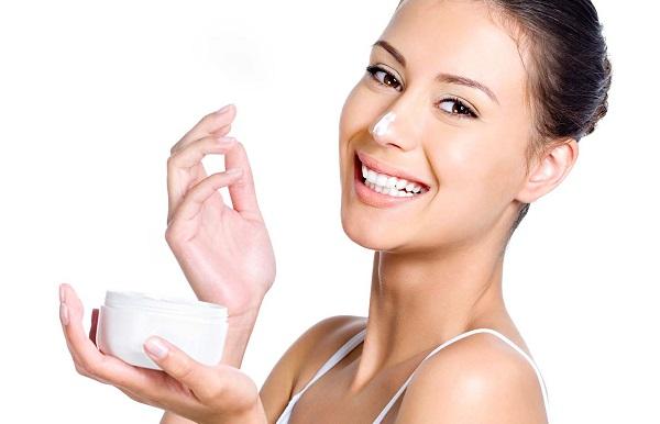 Для большей эффективности масло облепихи рекомендуется смешивать с увлажняющим кремом