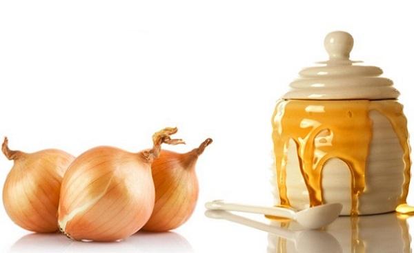 Избавиться от сухости кожи можно с помощью маски на основе оливкового масла с луком и медом