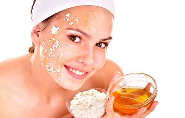 Глицериновая маска для нормальной кожи дополняется медом, а для жирной овсянкой