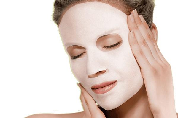 Для ухода за лицом могут применяться тканевые маски с коллагеном